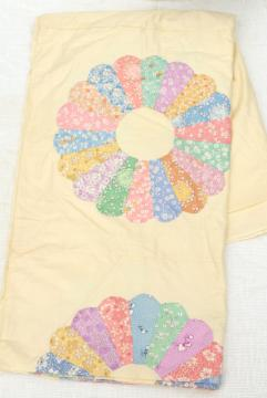 1940s vintage quilt top, print dresden plate flower circles on unbleached cotton