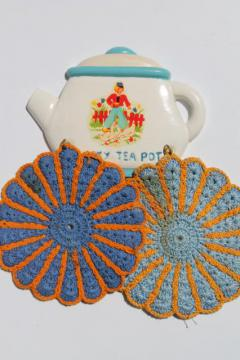 cute Lucky Teapot vintage chalkware wall plaque potholder rack & crochet potholders