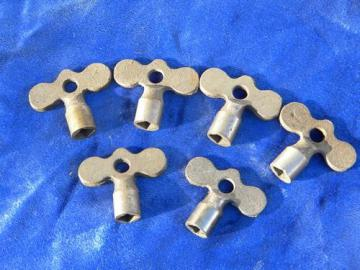 lot of 6 old antique 19th or early 20th century cast iron skate keys