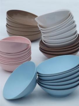 lot retro vintage melmac bowls in chocolate brown, white, pink & blue