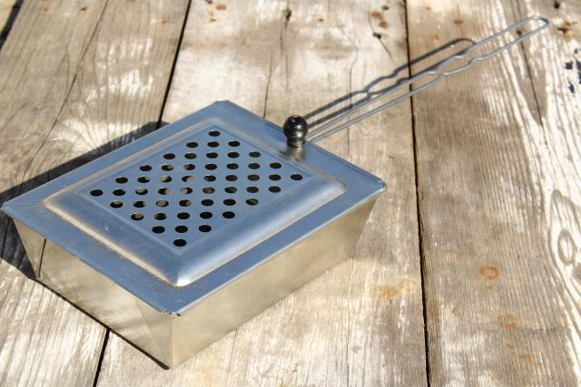 old metal basket popcorn popper w/ wire handle, vintage campfire / fireplace corn popper