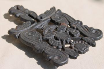 vintage Griswold cast iron trivet #1904 grape pattern scrolls & grapes