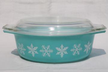 vintage Pyrex oval casserole, 1 1/2 qt baking pan retro aqua turquoise w/ snowflakes