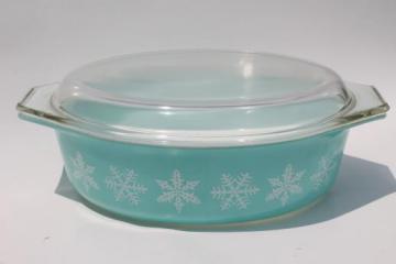 vintage Pyrex oval casserole, 2 1/2 qt baking pan retro aqua turquoise w/ snowflakes