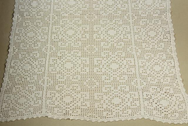 vintage arts & crafts era crocheted lace table runner, tile pattern filet crochet