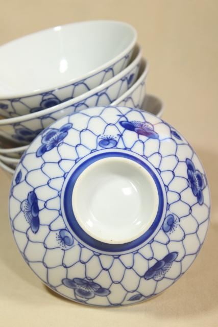 vintage blue & white china rice bowls or noodle dishes, chicken wire pattern