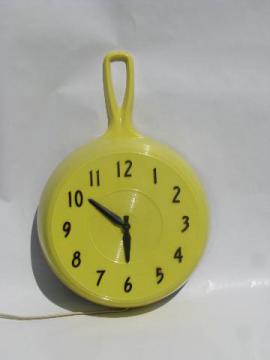 vintage butter yellow plastic kitchen frying pan/skillet wall clock