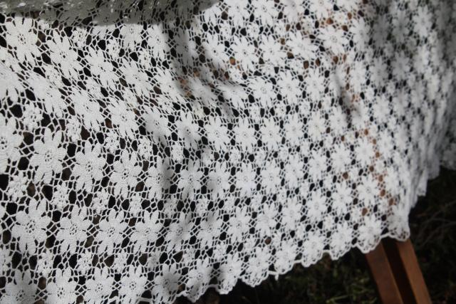 vintage cotton crochet lace bedspread or throw, flower wheels pattern cottage farmhouse shabby chic