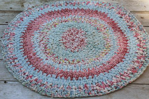 vintage cotton rag rug, round crochet door mat in retro 30s - 40s colors & prints